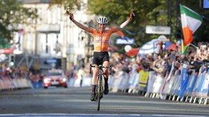 Annemiek van Vleuten celebra su triunfo en los Mundiales de Yorkshire.
