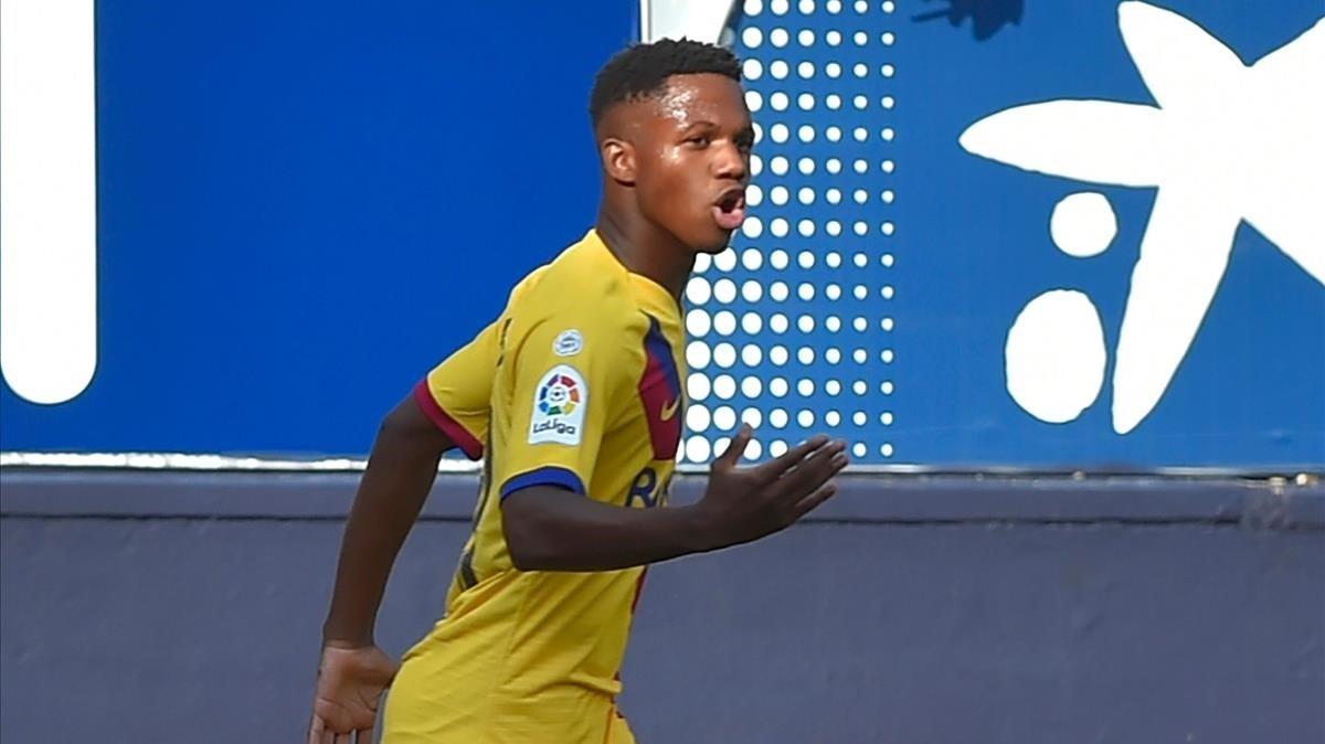 Ansu Fati celebra su gol a Osasuna, que le convierte en el goleador más joven de la historia del Barça.