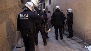 Antidisturbios de la Guardia Urbana, en el desalojo de un edificio ocupado.