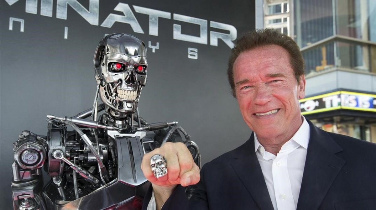Arnold Schwarzenegger en una alfombra roja.
