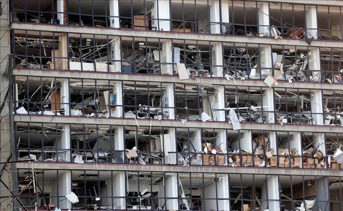 Fachada destruida de un edificio del puerto de Beirut.