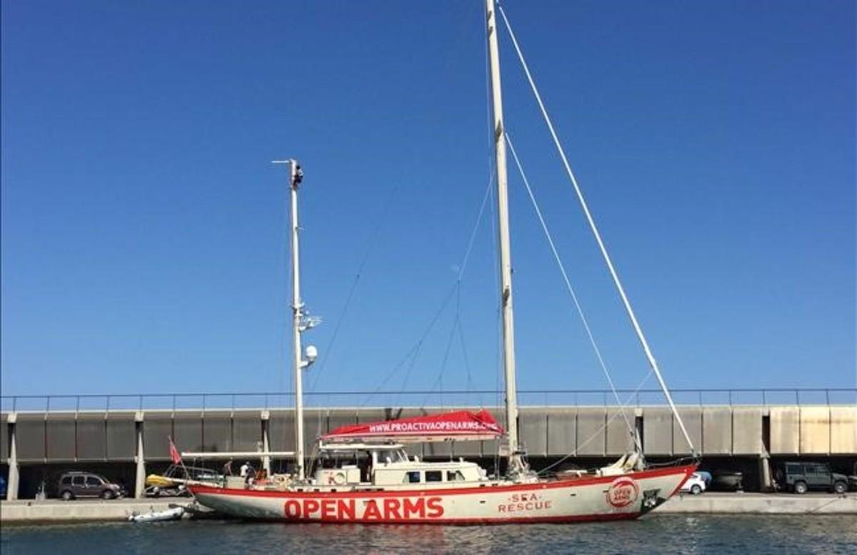 El 'Astral', cedido a la oenegé por un empresario italiano, atracado en el puerto de Badalona.