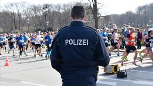 Un policía vigila la maratón de Berlín.