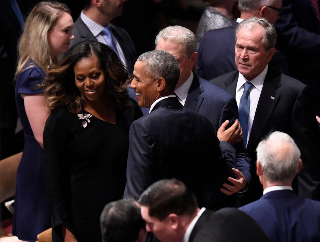 Barack Obama saluda a Al Gore ante Michelle Obama y George W. Bush, en el funeral de McCain.