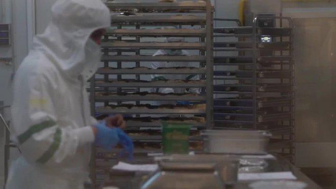 Barcelona sirve 4.800 menús al dia a colectivos de riesgo, un 30% más por la pandemia.