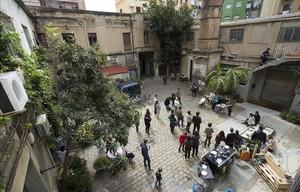 Una veintena de invitados, vermut en mano,celebranel domingoeltercer aniversario deDinamo-Studioen el patio de laFàbrica Lehmann.