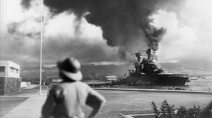 Barcos de EEUU en llamas durante el ataque sorpresa a Pearl Harbor, en 1941.