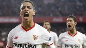 Ben Yedder celebra a gritos el primer gol del Sevilla, delante de Escudero y el 'Mudo' Vázquez.