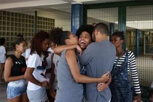 Bianca Alves (centro) es consolada tras conocer la muerte de su hermana, de 13 años, en Río de Janeiro, Brasil.