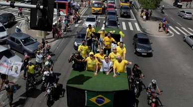 El ultraderechista Bolsonaro crece en los sondeos y gana voto femenino y militar