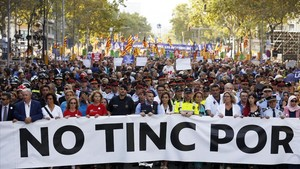 La cabecera de la manifestación de Barcelona, con los representantes de los colectivos que atendieron a las víctimas de los atentados.