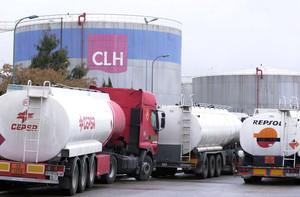 Camiones en la central logística de CLH en el puerto de Tarragona.