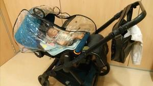 Carrito de bebé con el muñeco que usó la supuesta ladrona de móviles en Gavà.