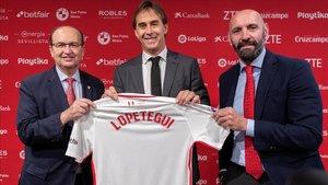 Castro, presidente del Sevilla, Lopetegui, nuevo técnico, y Monchi, director deportivo, en Sevilla.