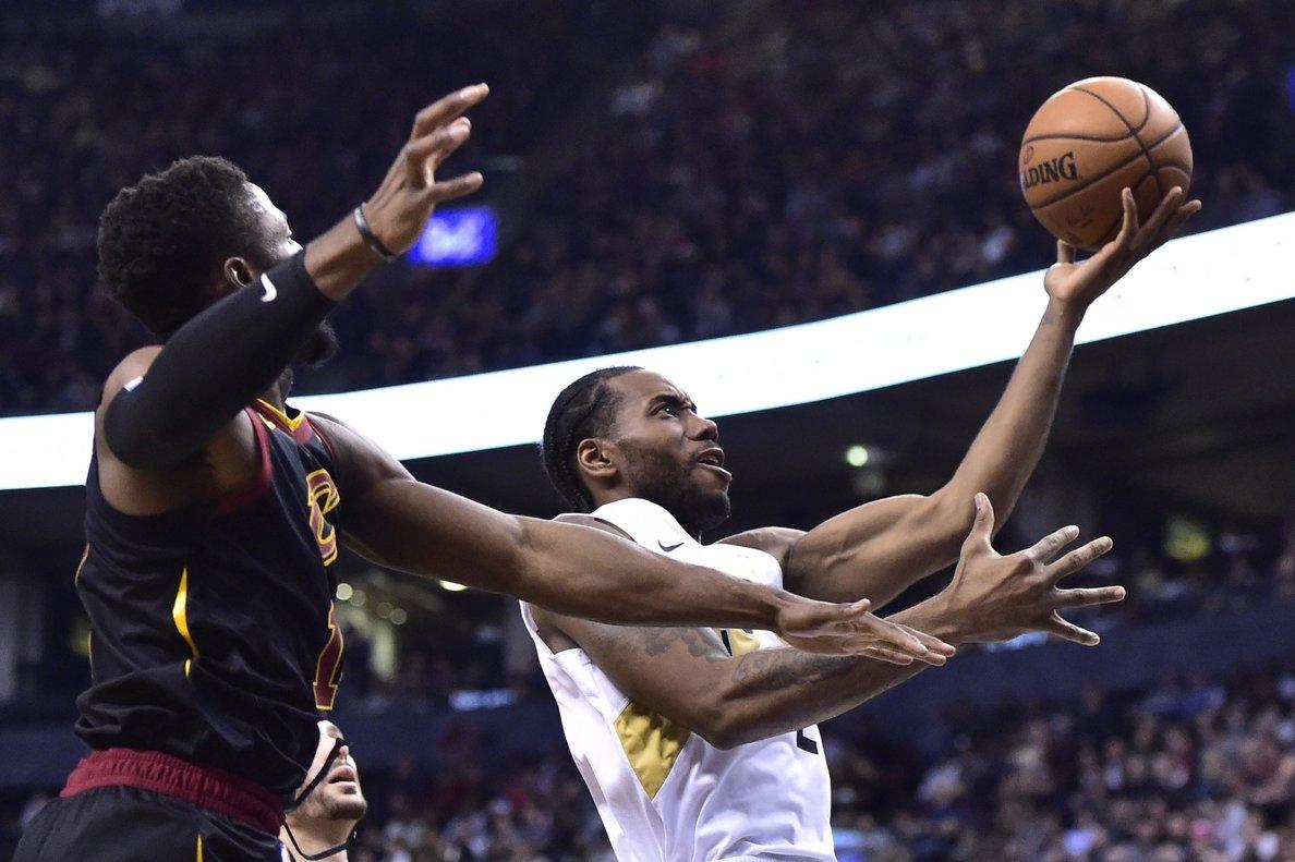 Kawhi Leonard, conducen a la derecha a la canasta, mientras que la escolta de los Cleveland Cavaliers, Rodney Hood, definitivamente a la izquierda durante la segunda mitad del partido de baloncesto de la NBA.