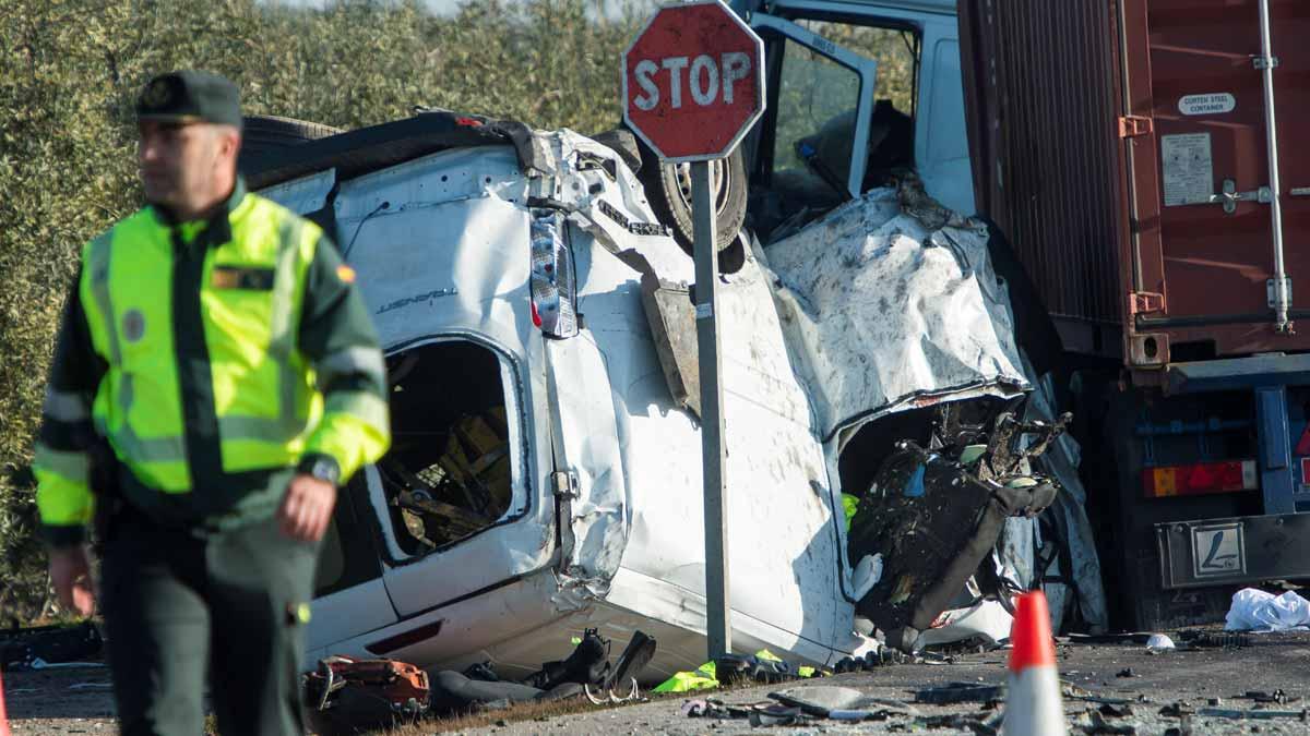 Cinco muertos al chocar un coche y un camión en Utrera (Sevilla).