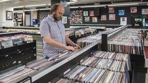 Un cliente en una tienda de discos de Barcelona.