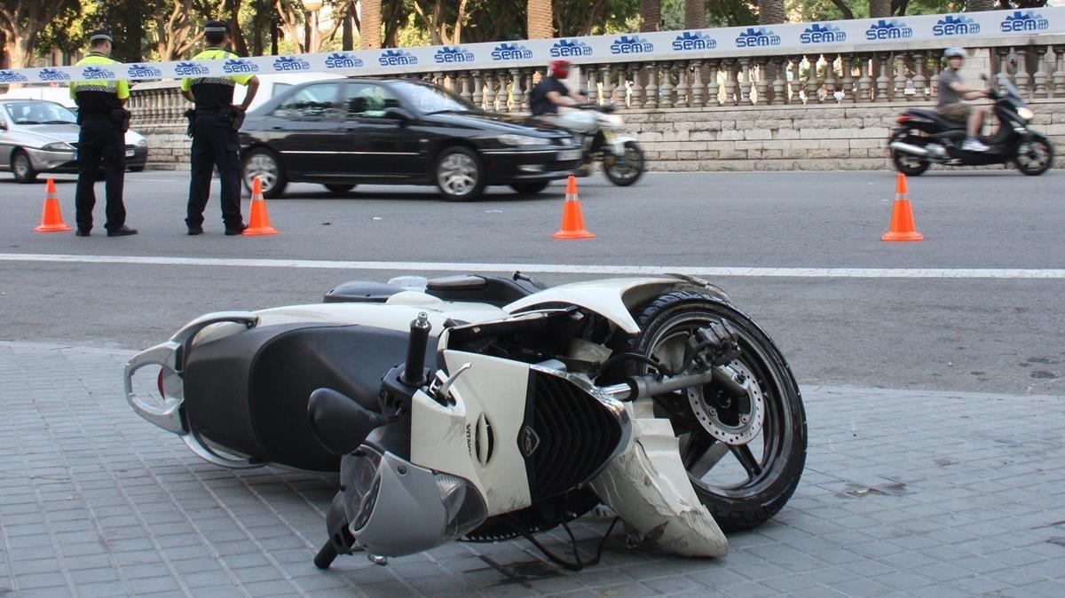 Una moto accidentada cerca de la plaza de Tetuan.