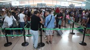 Colas en los controles de seguridad de El Prat este jueves.
