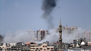 Columnas de humo enla Ciudad de Gaza este martes 29 de mayo tras los bombardeos de las fuerzas israelís.