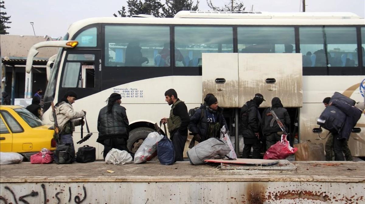 Combatientes rebeldes a su llegada a la región de Khan al-Assal, controlada por la oposición, tras ser evacuados de Alepo, el 22 de diciembre.