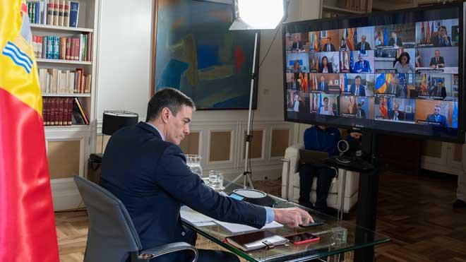 El presidente del Gobierno, Pedro Sánchez, durante la videoconferencia de presidentes autonómicos, convocada por el jefe del Ejecutivo para garantizar una coordinación al más alto nivel en la respuesta conjunta, urgente y necesaria al coronavirus.