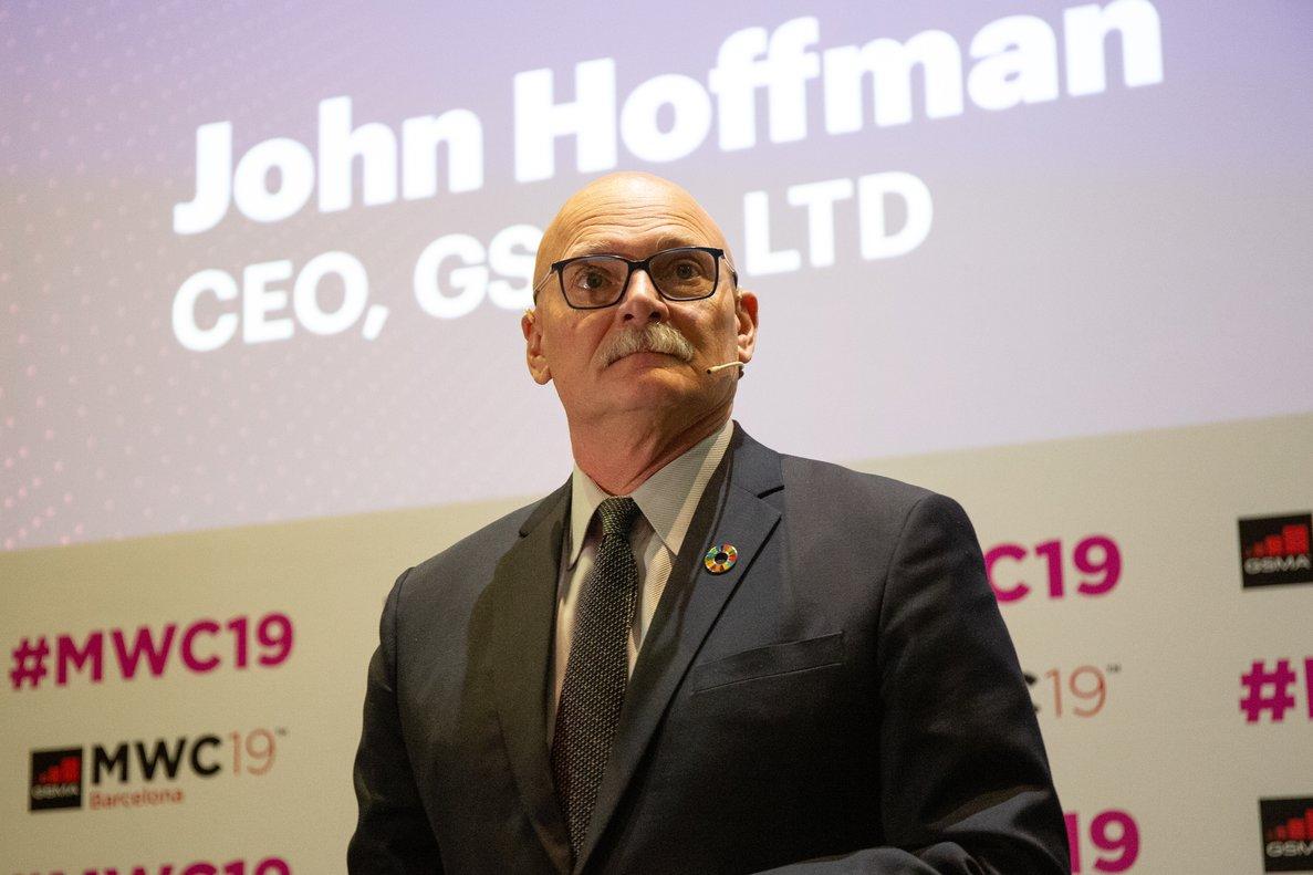 El consejero delegado de GSMA, John hoffman, durante la presentación del Mobile World Congress en la Fira de Barcelona .