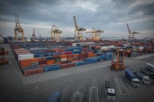 Contenedores apilados en el puerto de Barcelona.