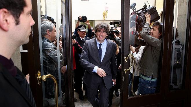 Carles Puigdemont ha asegurado que no tiene en cuenta los comentarios de Rajoy tras su investidura porque se trata de un presidente en funciones.