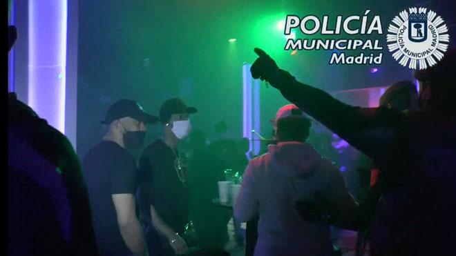 Desalojado un pub con 75 personas bebiendo y fumando sin mascarilla en Madrid.