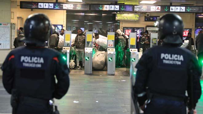Segunda operación de Mossos y Guardia Urbana en 3 días para impedir la presencia de vendedores ambulantes en el vestíbulo de plaza Catalunya.