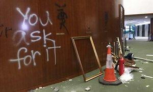 Destrozos causados en el interior del Parlamento de Hong Kong.