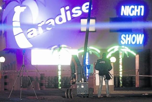 Dispositivo policial en el club Paradise, en La Jonquera, el 23 de diciembre del 2012, cuando se produjo una amenaza de bomba.