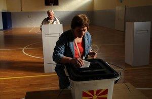 Dos ciudadanos depositan su voto en el referéndum sobre la denominación de Macedonia, este domingo, en Skpoje.