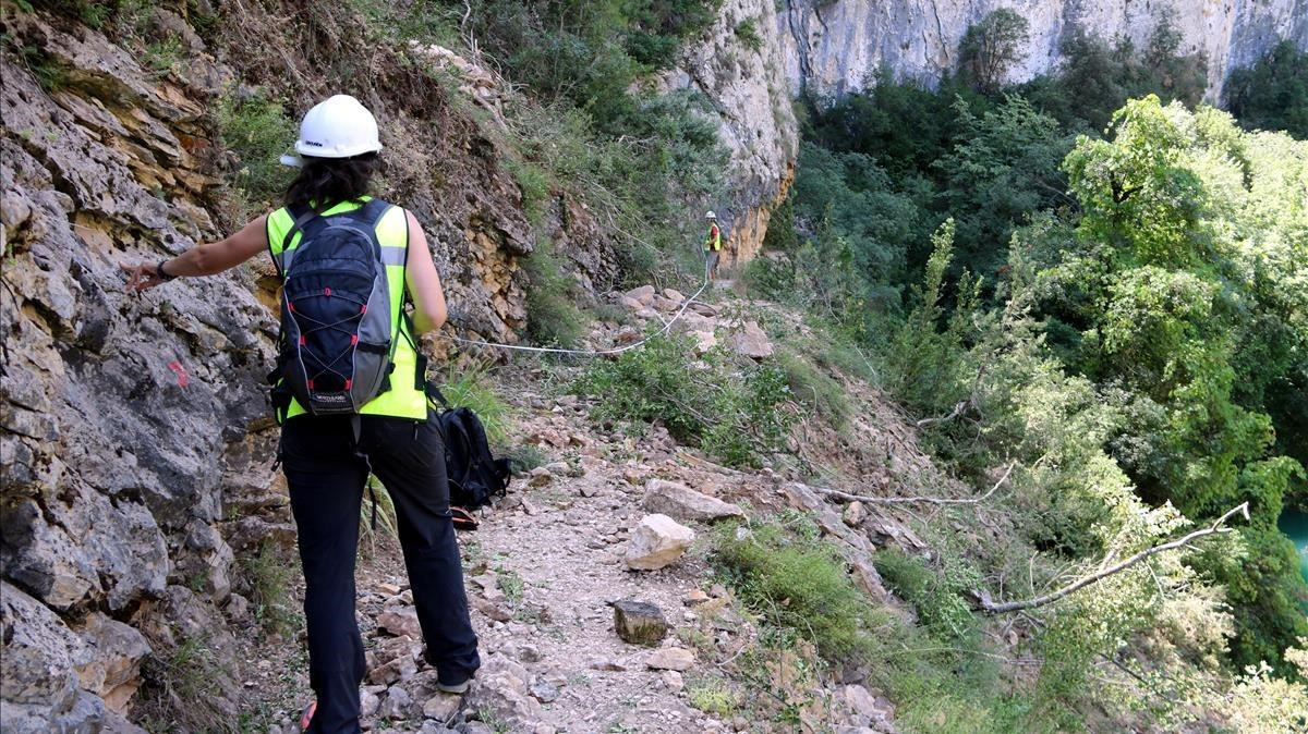 Dos geólogos analizando el terreno del desprendimiento.