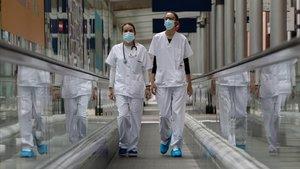 Dos trabajadoras sanitarias del hospital de campaña de Ifema caminan por las inmediaciones del recinto.