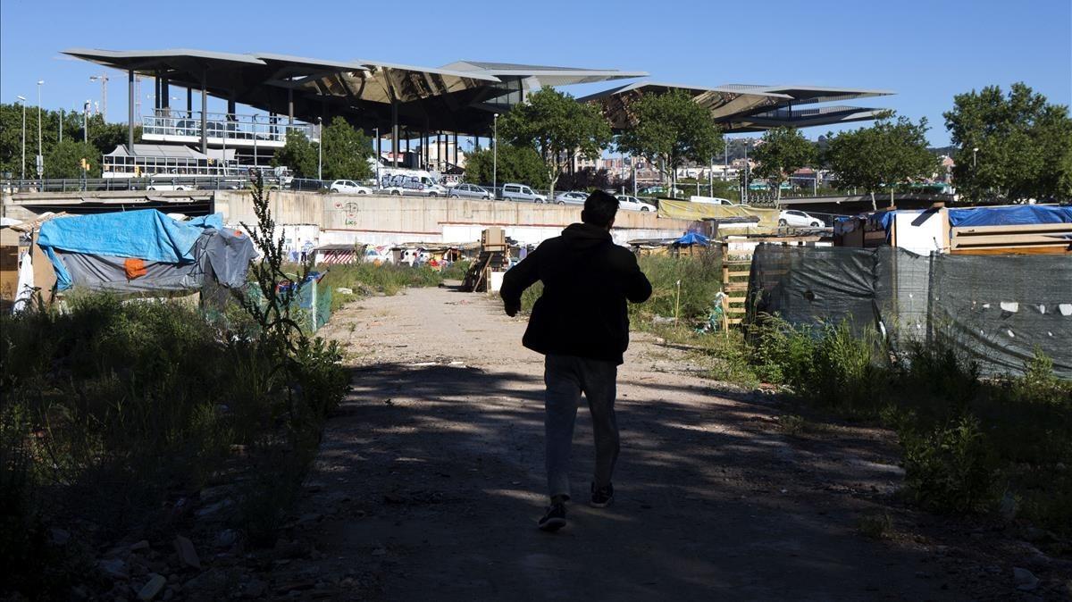 Un hombre pasea por el solar en el que se han construido las barracas, cerca de Glòries.