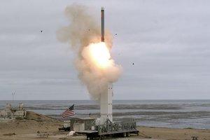 Lanzamiento de un misil desde una base de los EEUU.