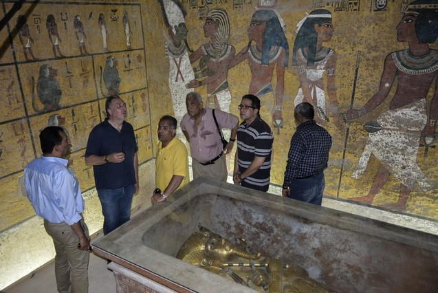 El egiptólogo británico Nicholas Reeves (segundo por la izquierda) habla con el ministro egipcio de Antigüedades, Mamduh al Damati (de amarillo), en la sala de la sepultura del rey Tutankamón, en Luxor, en septiembre del 2015.