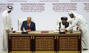 El enviado especial de EEUU, Zalmay Khalilzad, y el líder políticotalibán, Mullah Abdul Ghani Baradar,firmanel acuerdo de paz, este sábado en Doha.