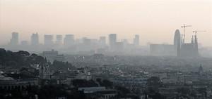 Un episodi típicdanticicló i contaminació sobre el cel de Barcelona.