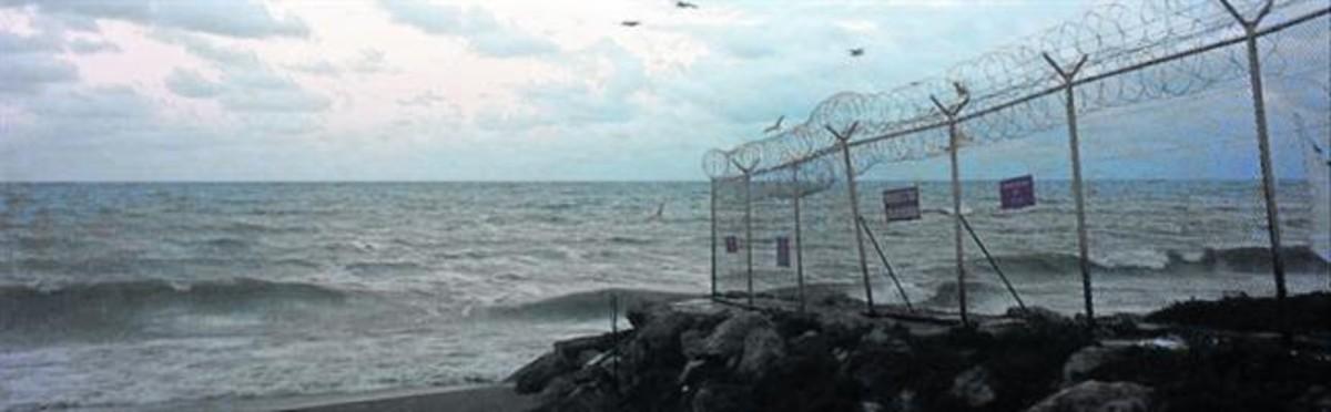 La playa del Tarajal y la llegada de inmigrantes frente a los policías españoles.