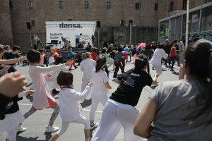 El espectáculo participativo Tothom balla ha clausurado la Quinzena metropolitana de dansa de este año