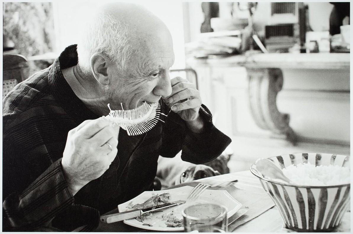Picasso apura la espina de un lenguado que luego integrará en una obra de arte.