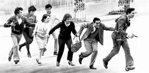 EVACUATS Treballadors del Palau de Justícia abandonen l'edifici per un carrer lateral acompanyats per personal de la policia, el 6 d'agost de 1985, després que el lloc fos ocupat per l'M-19.