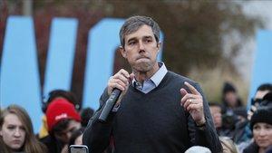 El excongresista tejano Beto O'Rourke se dirige a sus seguidores antes de un acto del Partido Demócrata en Iowa.