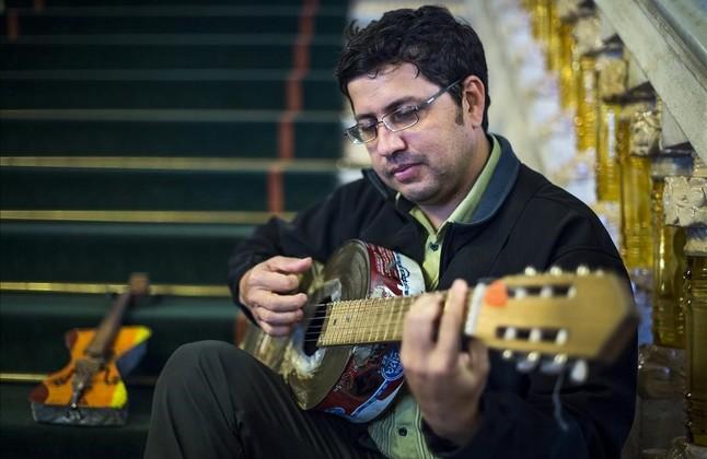 Fabio Chávez, el director de la Orquesta de Instrumentos Reciclados de Cateura, en las escaleras del Palau de la Música.