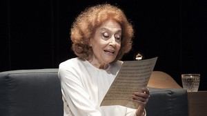 Julia Gutiérrez Caba, en una escena de Cartas de amor, que representa en el Poliorama con Miguel Rellán.
