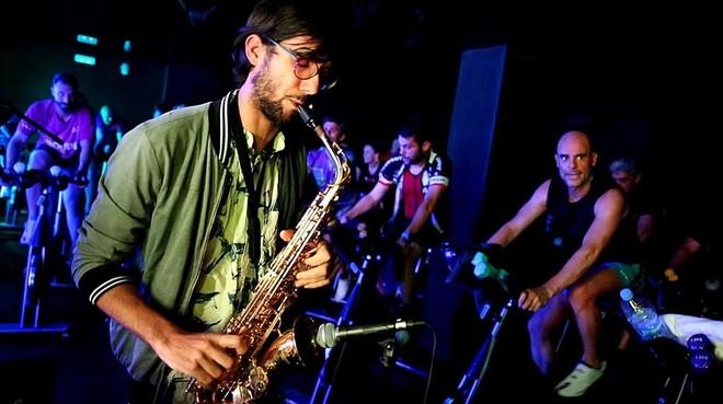 Xavi, de Urban Deep Sound, toca el saxo durante la primera 'cool experience' del estudio Cool Cycling.