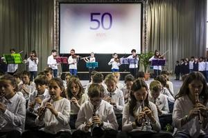 Fiesta 8Actuación musical de alumnos de la escuela Aula en el acto de celebración del 50 aniversario del centro, ayer.